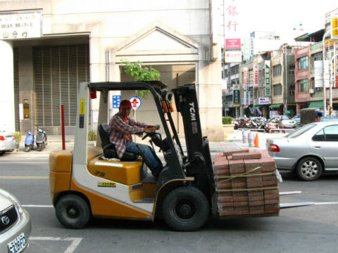 Do Operators Need Car Licence to Drive Forklifts on Public Roads